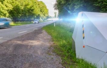 Radar de tráfico en un arcén de carretera
