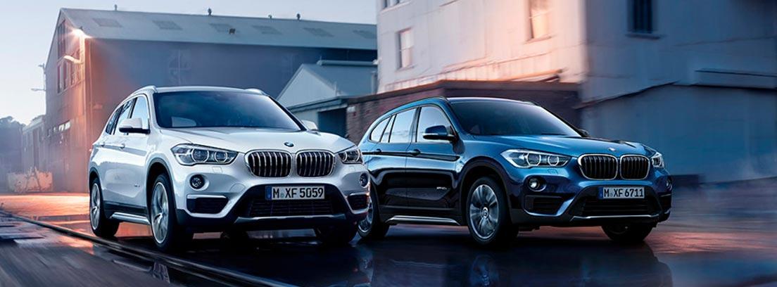 Dos coches BMW en una calle