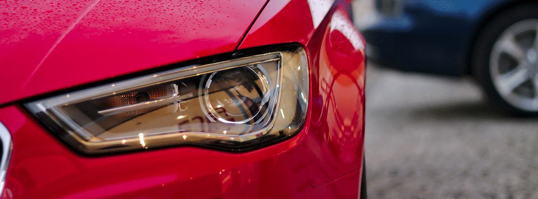 Luces delanteras de un coche
