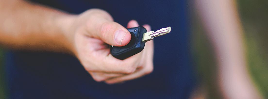 Mano con llave de coche como metáfora del aumento del renting en 2018