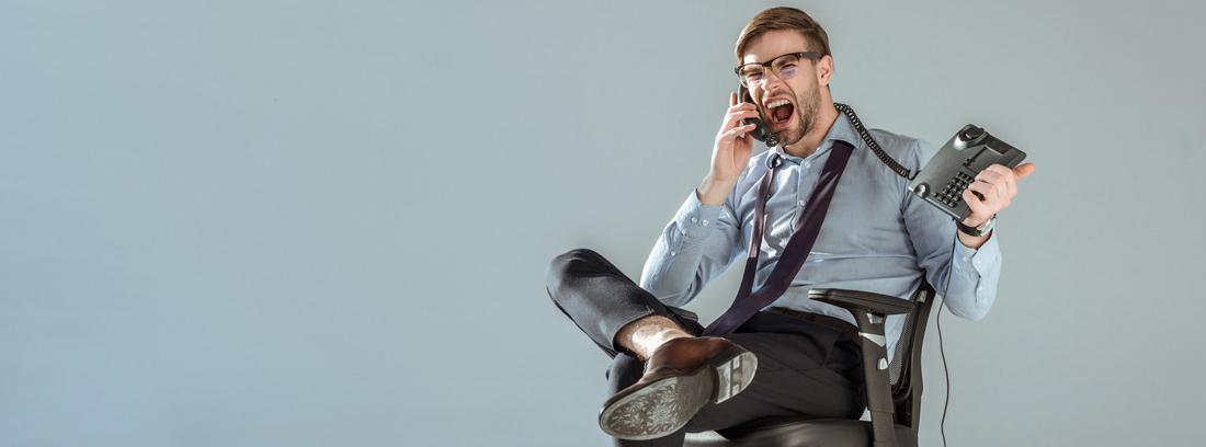hombre sentado en una silla enfadado hablando por teléfono