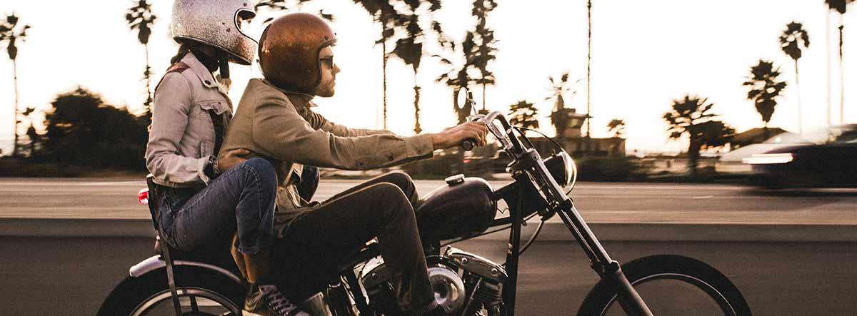Dos personas sobre una moto Harley Davidson
