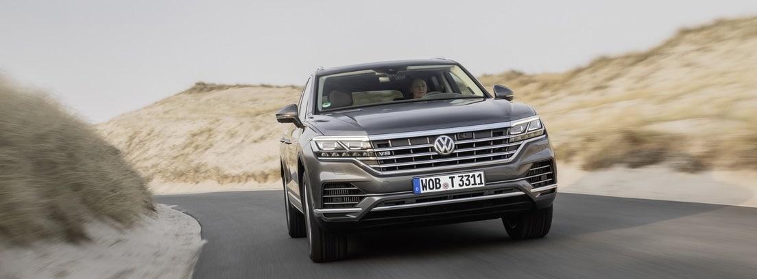 Vista frontal del Volkswagen Touareg V8 TDI circulando por una carretera