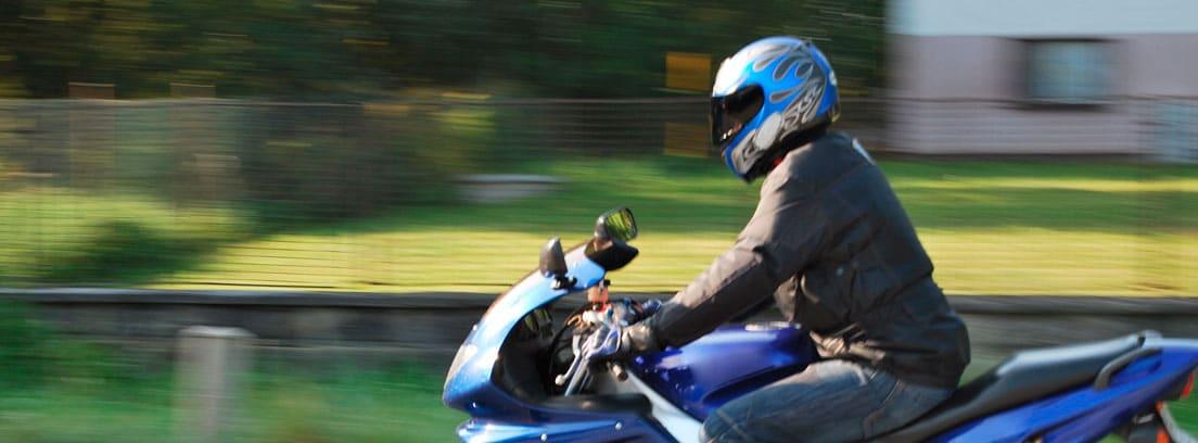 Hombre circulando con su Scooter de color azul