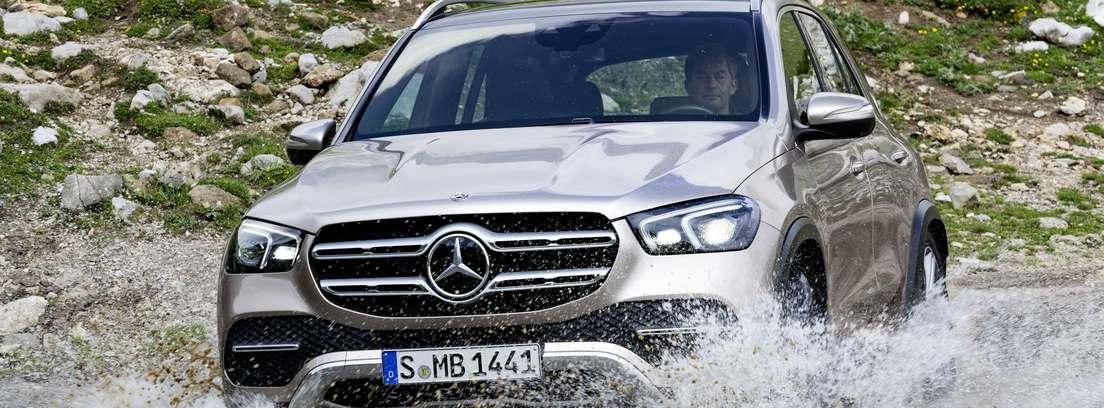 Mercedes GLE, atravesando una zona de agua