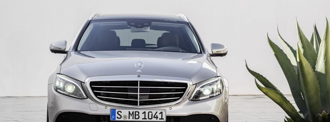 Vista frontal exterior del nuevo modelo Mercedes Clase C en color gris metalizado claro.