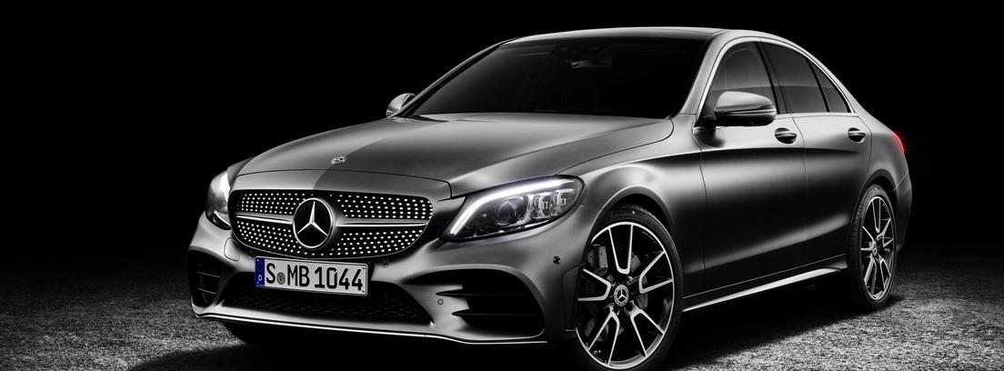 Vista del nuevo modelo Mercedes Clase C en color gris oscuro