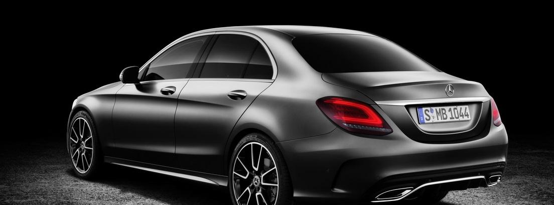 Vista trasera izquierda lateral del nuevo modelo de Mercedes, Clase C
