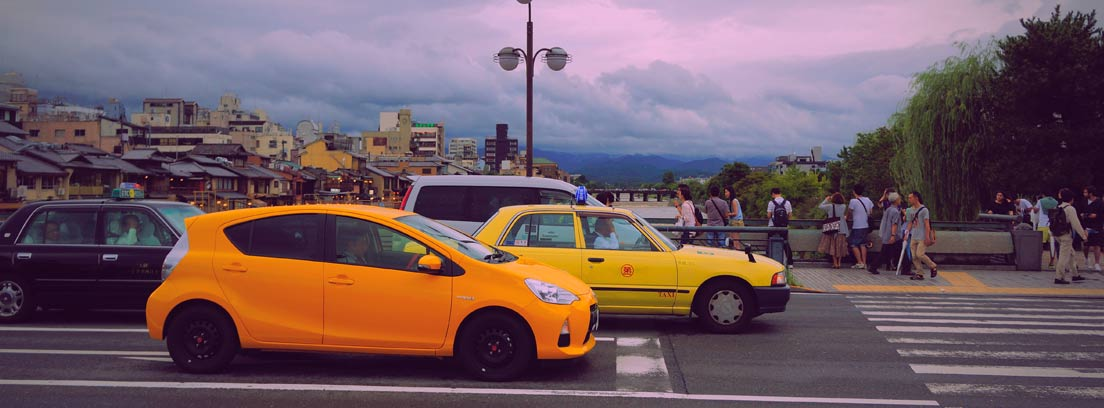 Diferentes coches circulando por una ciudad.