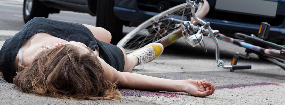 Ciclista en el suelo tras sufrir un atropello de un coche