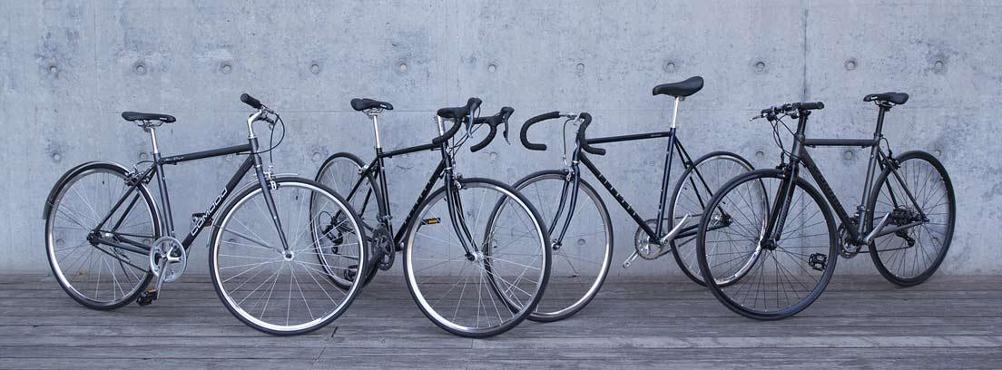 Diferentes bicis junto a una pared