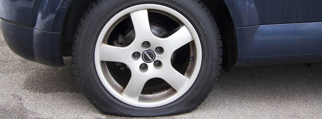 Coche con neumático trasero deshinchado