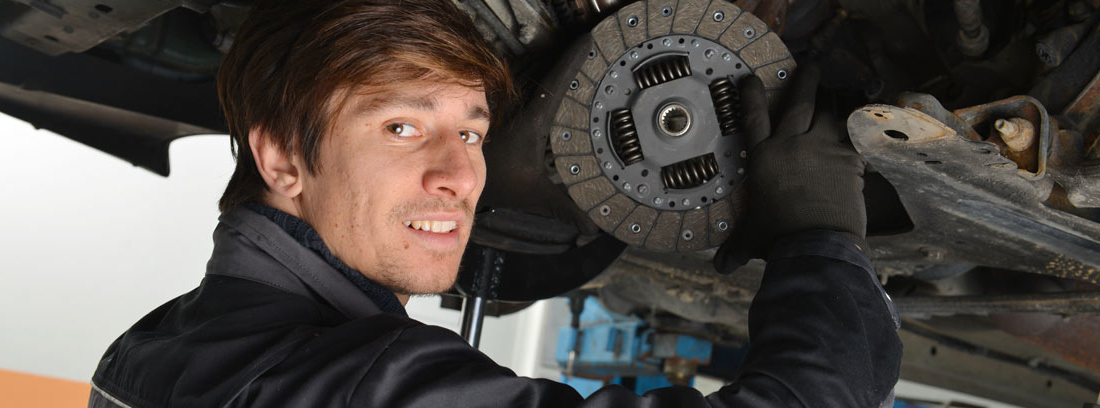 Mecánico cambiando el disco del embrague