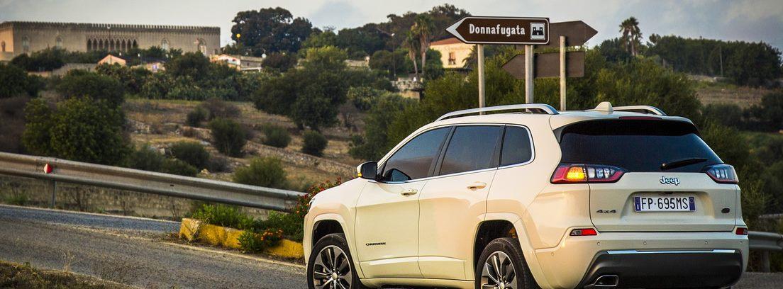 Jeep Cherokee blanco en carretera