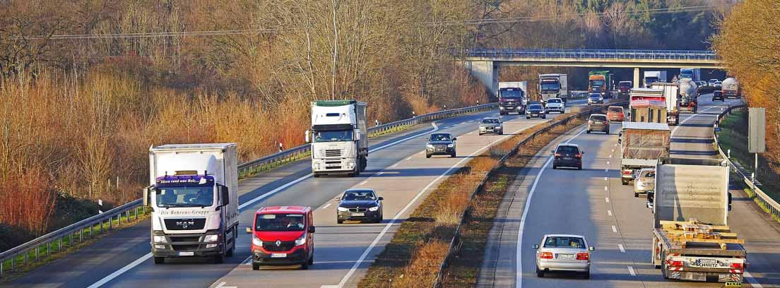 Coches y camiones circulando por una autovía
