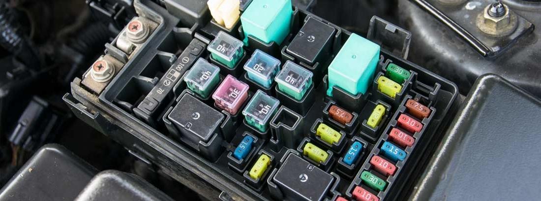 Vista general de caja de fusibles de diferentes colores en coche
