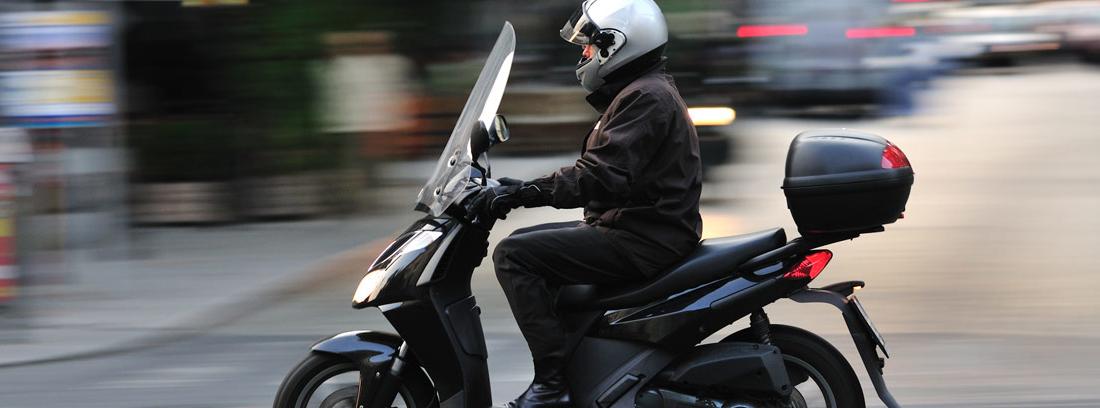 hombre moviéndose con su scooter por la ciudad