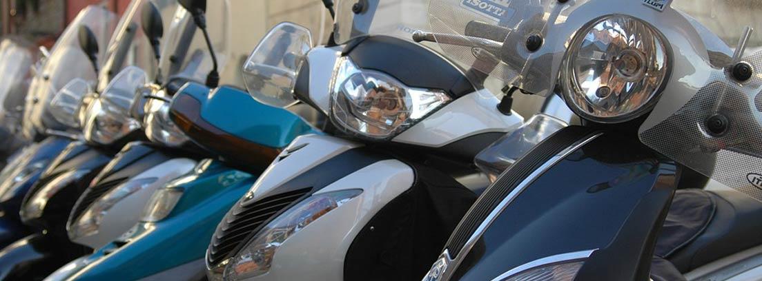 Varias motos tipo scooter aparcadas
