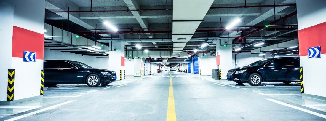 Coches aparcados en plazas de garaje subterráneo