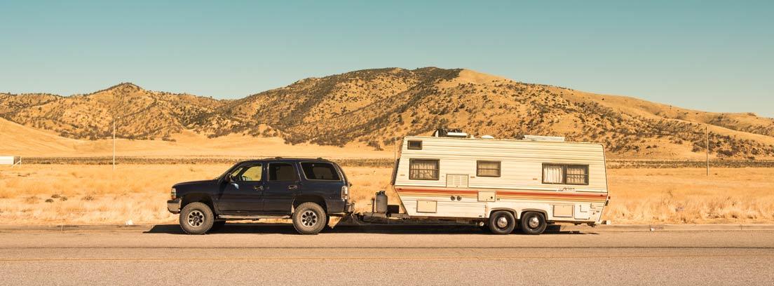 Coche circulando con remolque caravana.