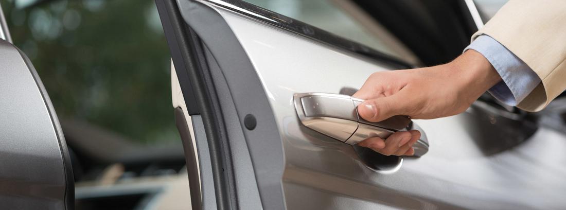 Mano abriendo una puerta de un coche sin llave