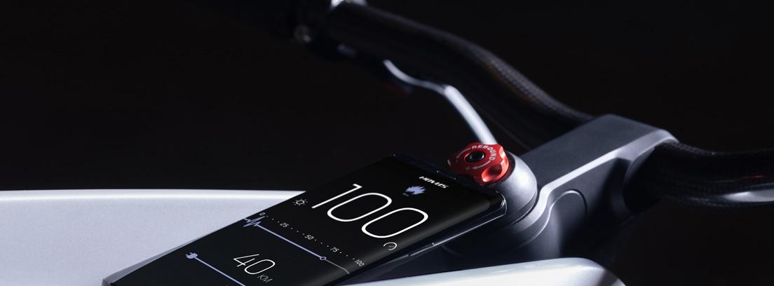 Smartphone situado en la parte superior del chasis de la moto eléctrica Novus