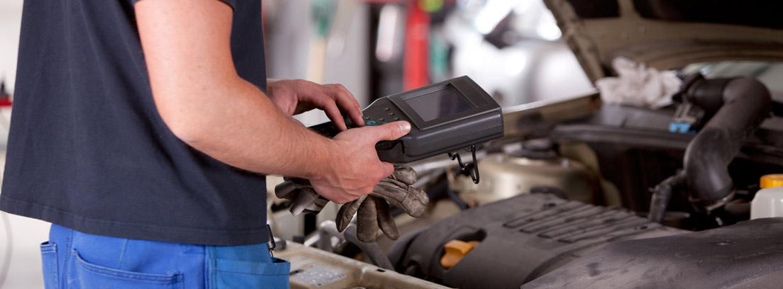 Mecánico revisando un vehículo con una máquina