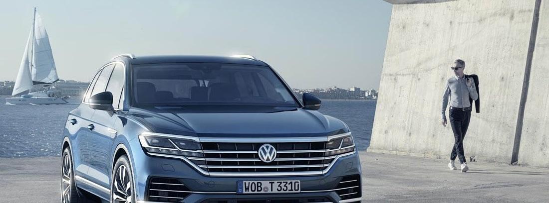 Volkswagen Touareg estacionado en una zona de puerto
