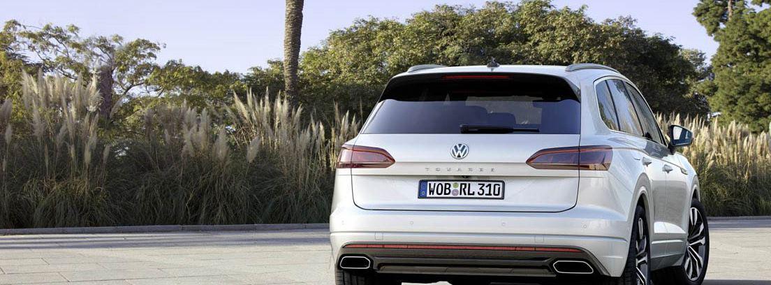 Volkswagen Touareg blanco estacionado