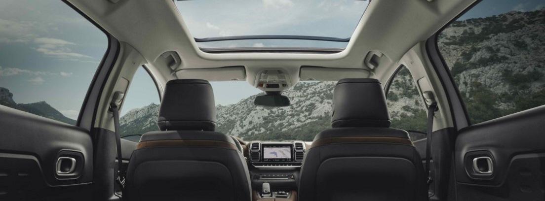 Vista interior trasera de los asientos del vehículo Citroën C5 Aircross