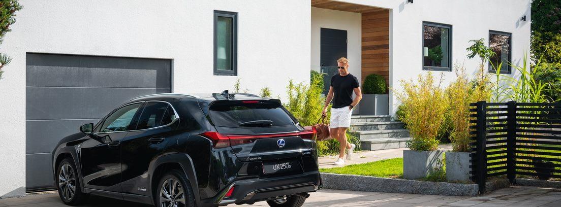 Lexus UX 250h aparcado frente a la puerta de un garaje