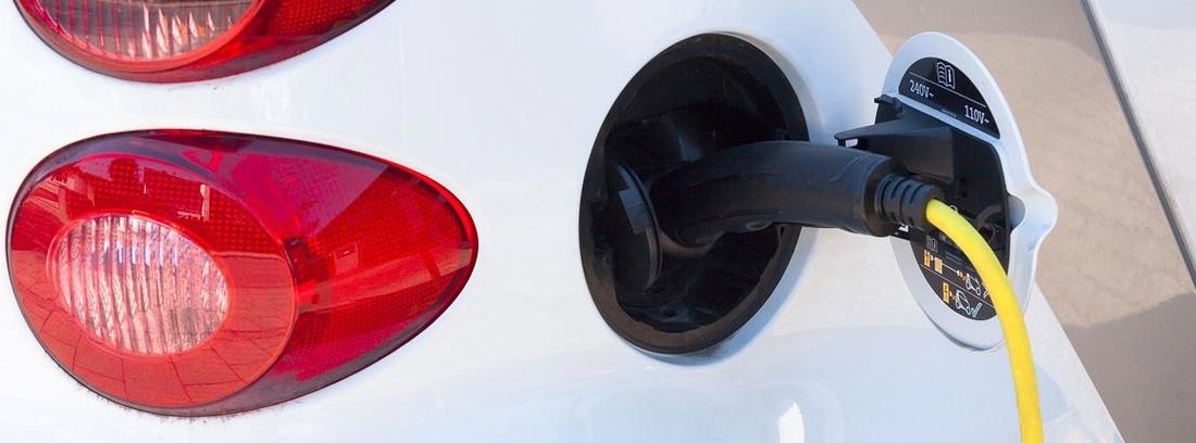 Vista parcial de coche eléctrico cargándose