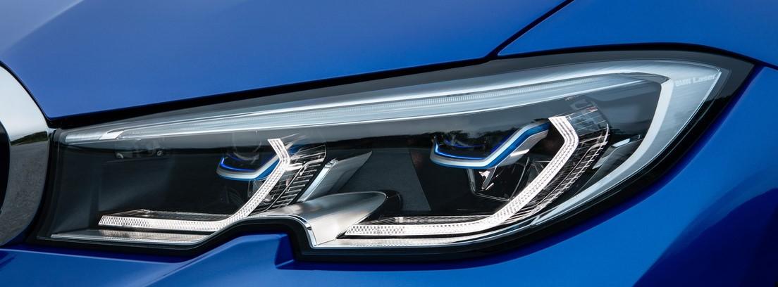 Vista detalle de los faros delanteros del nuevo BMW Serie 3 en color azul eléctrico