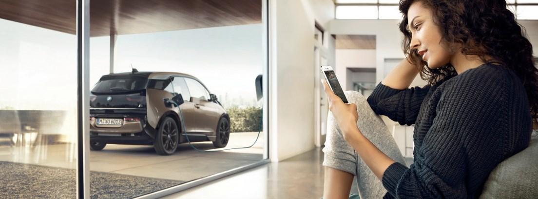 Imagen de un BMW i3 cargando su batería eléctrica