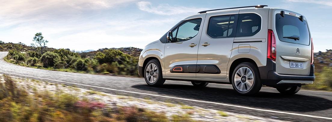 Vista lateral del nuevo Citroën Berlingo circulando por carretera rural