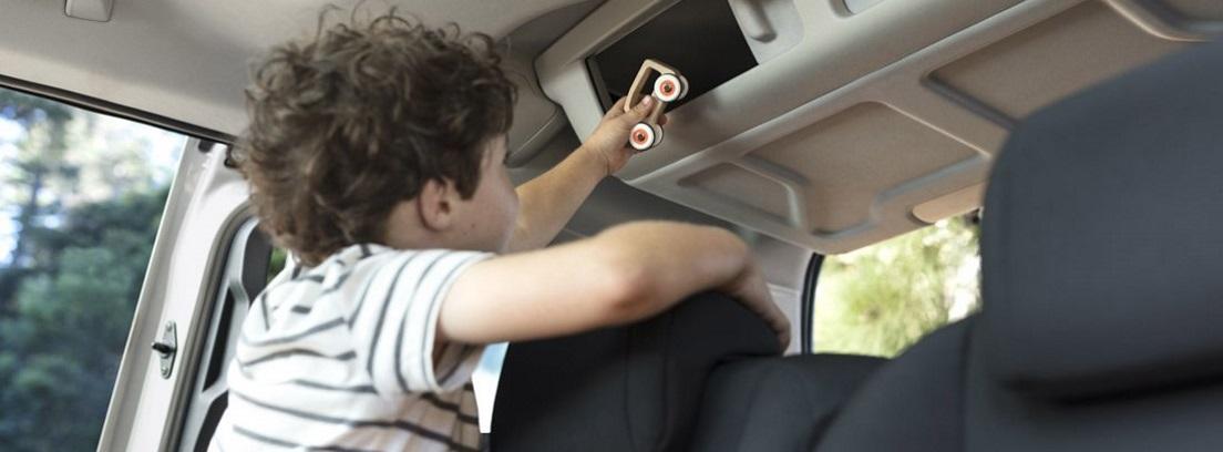 Un niño abre un hueco portaobjetos en el interior del nuevo Citroën Berlingo