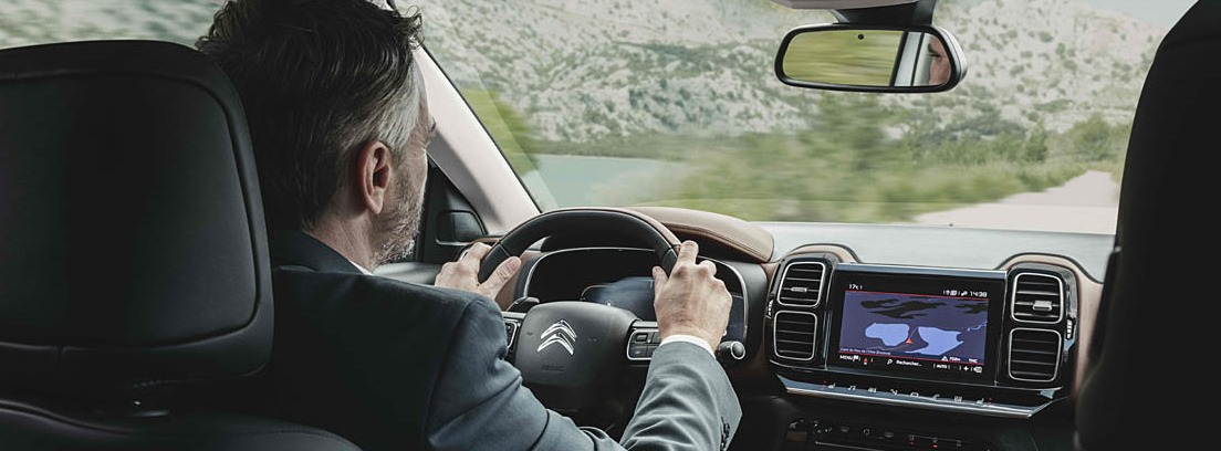 Vista trasera de hombre conduciendo el Citroën C5 Aircross