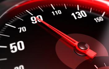 Primer plano del velocímetro de un coche con la aguja apuntando a 90 kilómetros hora, la velocidad marcada por la Dirección General de Tráfico para las carreteras convencionales