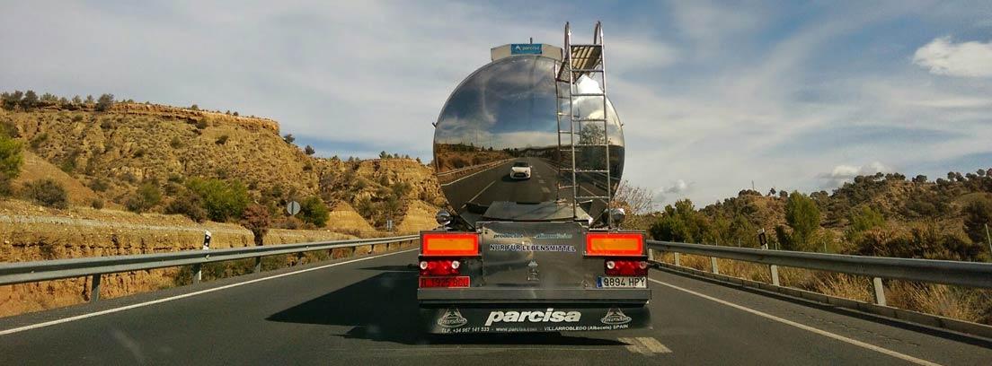 Vista trasera de un camión cisterna circulando por una carretera