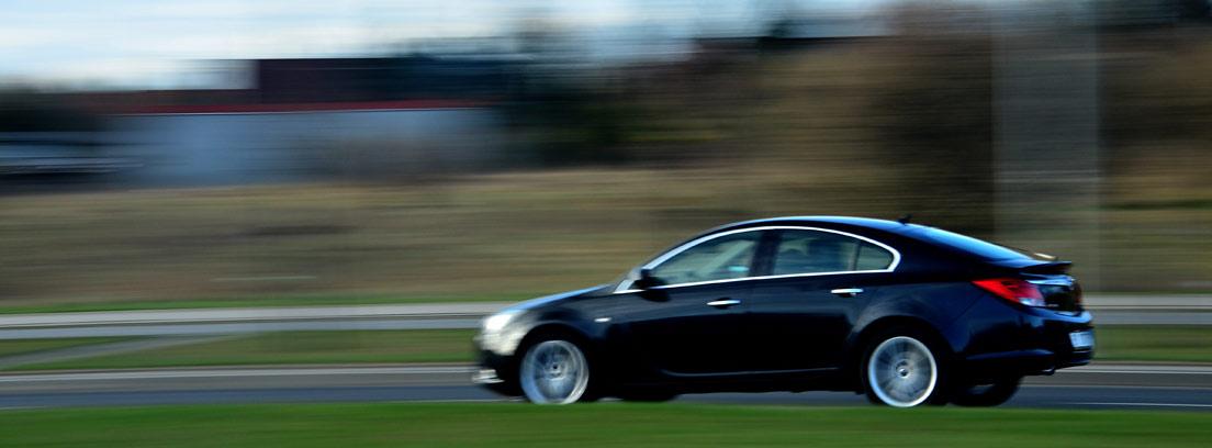 Perfil de un coche circulando por una carretera con efecto de velocidad