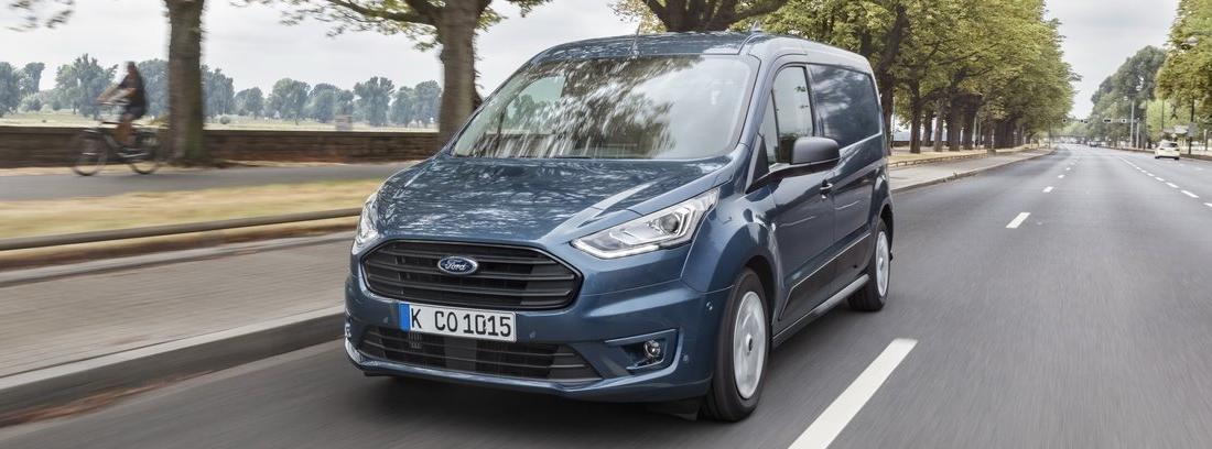 Nueva Ford Transit Connect circulando por carretera y alrededores naturales.