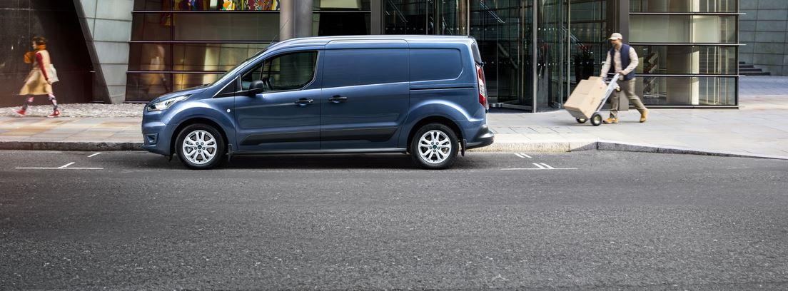 Vista lateral de la nueva Ford Transit Connect en una calle con dos personas.
