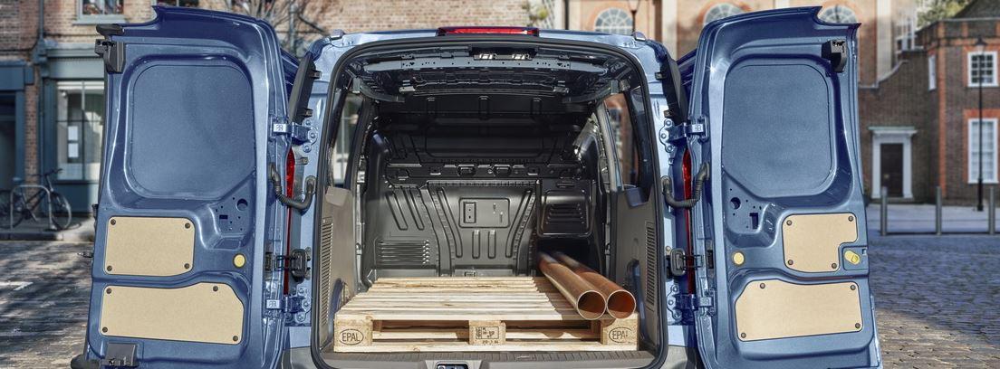vista trasera del modelo Ford Transit Connect con las puertas traseras abiertas.