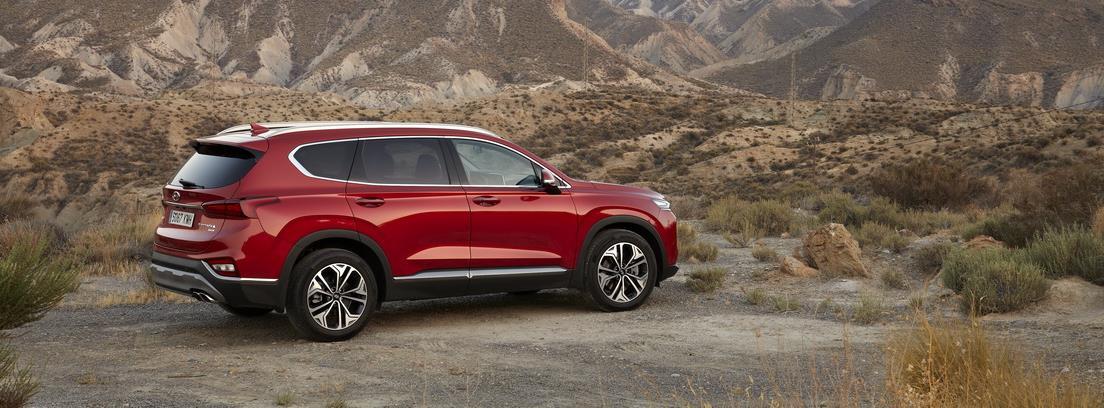 Vista lateral del nuevo modelo Hyundai Santa Fe en paisaje desértico