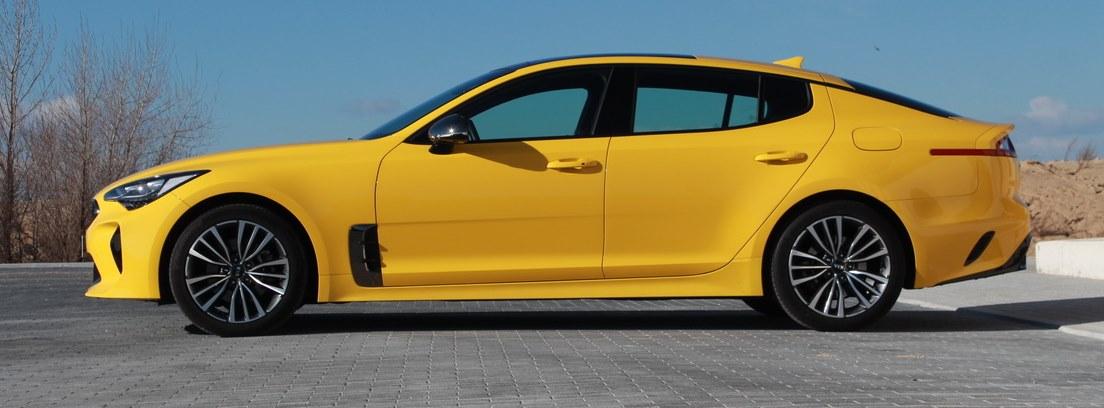 Kia Stinger amarillo estacionado al aire libre