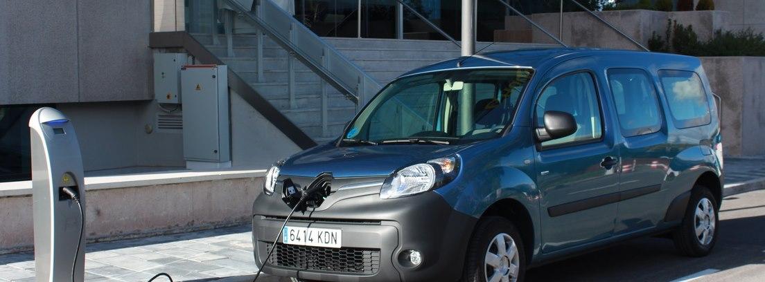 Renault Kangoo Maxi ZE 33 enchufado en un puesto de carga