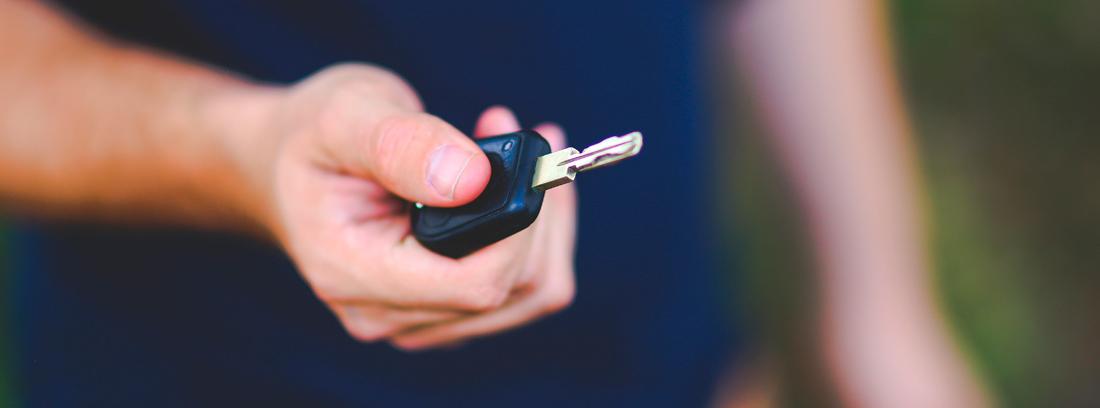 Mano con una llave de coche