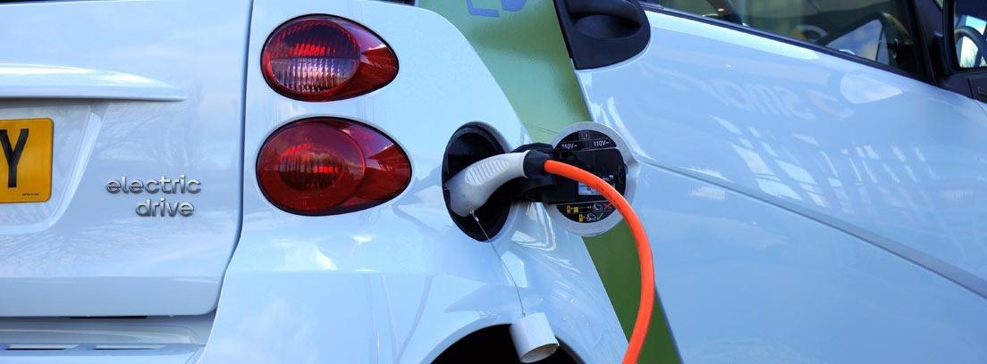 Vista trasera de un coche eléctrico cargando su batería