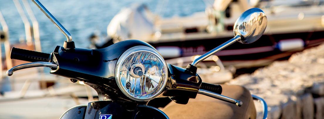 Manillar de moto aparcada en una zona de costa