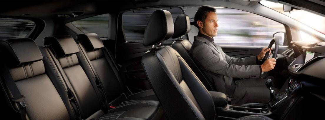 Hombre en el interior del Ford Grand C-Max